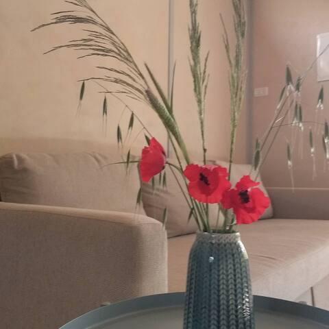פרחים עונתיים בסלון