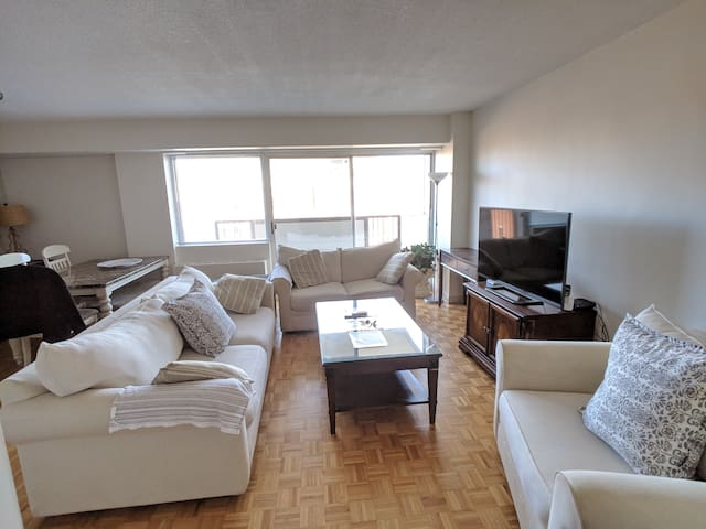Sunny 2 Bedroom in Longwood Area