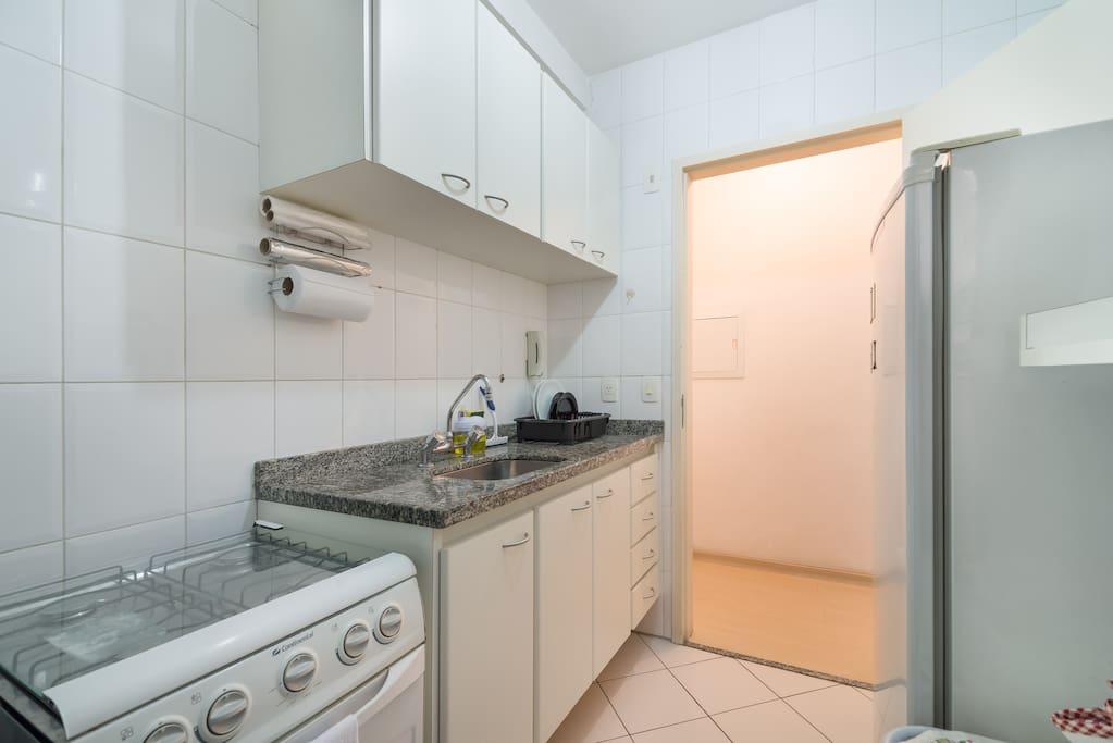 Cozinha com fogão, geladeira e micro-ondas