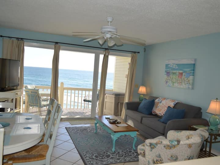 Cute Beach Front 1 Bedroom! Quick Bike Ride to Rosemary!