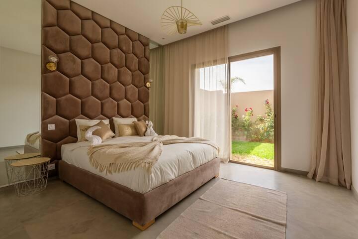 Chambre lit king size style «nid d'abeille» afin de vous mettre dans l'ambiance sur votre lit douillet.