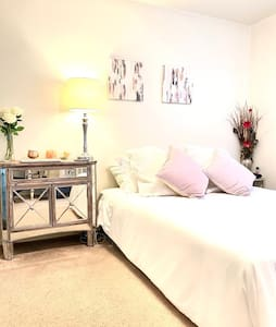 Stylish & Sexy 1br Apt, perfect for a staycation