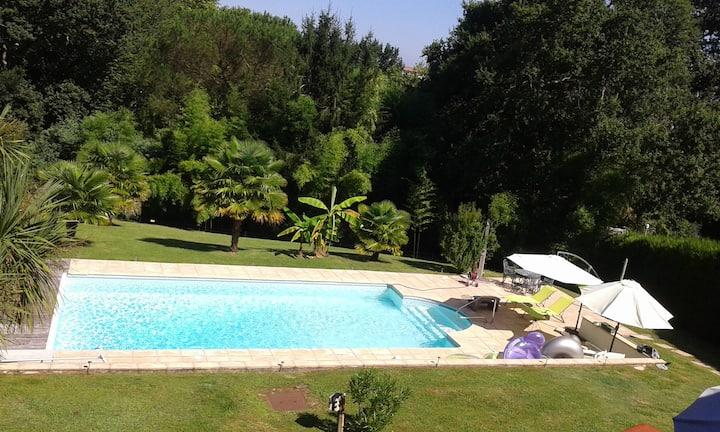 côte basque :piscine chauffée et grand jardin