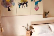 卧室(2)床品一客一换~带落地大窗,带露台,舒适感特别好。图片为卧室一角。具体点击我的头像查看我的房源:标题为【New简欧风】可查看到该卧室详细图片和介绍~
