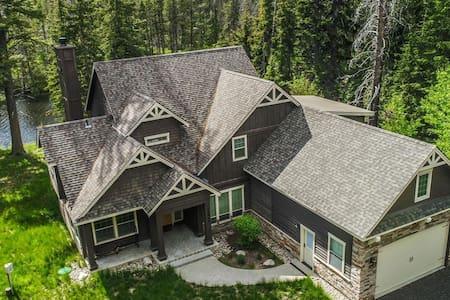 5 Bedroom Lakeside Cabin with Backyard Lake Access