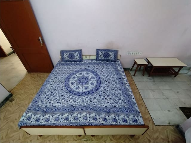 Jwala Homestay- Spacious room in a quiet street.