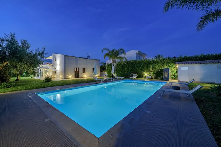 Flora, luxury villa with pool near the sea