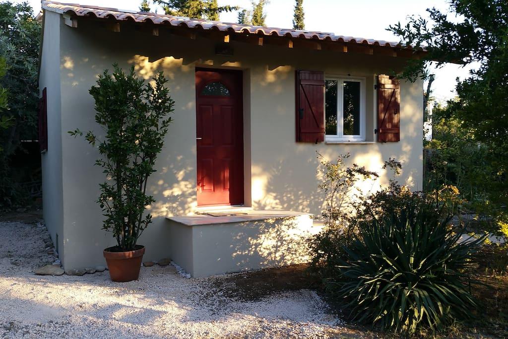 """""""chambre mimosa"""" annexe de la Villa Cottage... pour nos voyageurs airbnb...."""