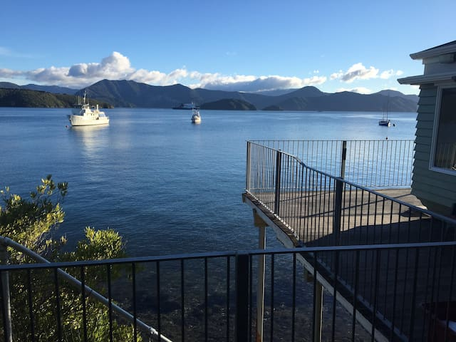 Picton Beach Front Private n quiet kiwi Bach