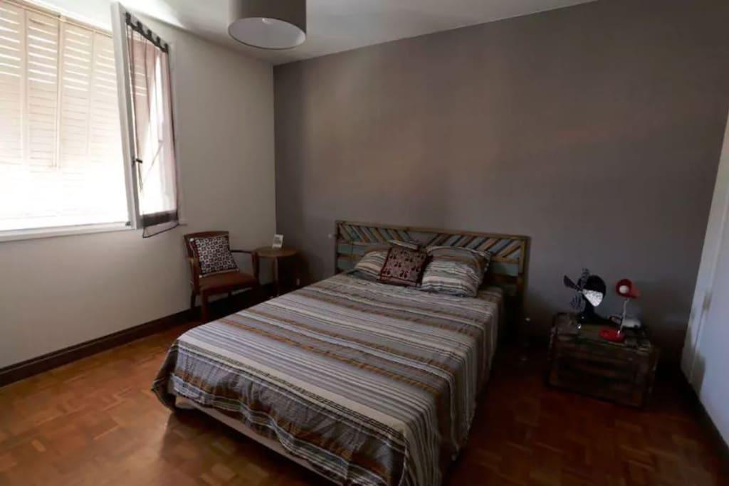 Une chambre spacieuse au look vintage.