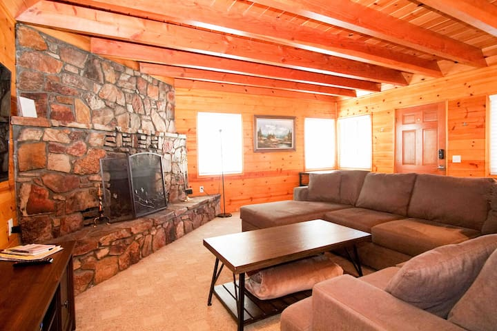 Newly Remodeled Cabin that sleeps 8! ****L@@@@@K!!