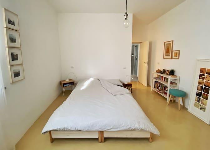 La camera da letto con il letto matrimoniale e il materasso di 25 cm di spessore (da ottobre 2021) / The bedroom with the double bed and the new mattress 25 cm thick (from October 2021)