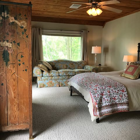 Four private suites/queen beds/private baths/BnB