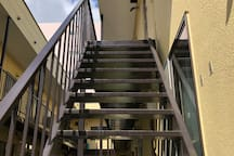 急な階段です。重い荷物はホストが手助けします。安心