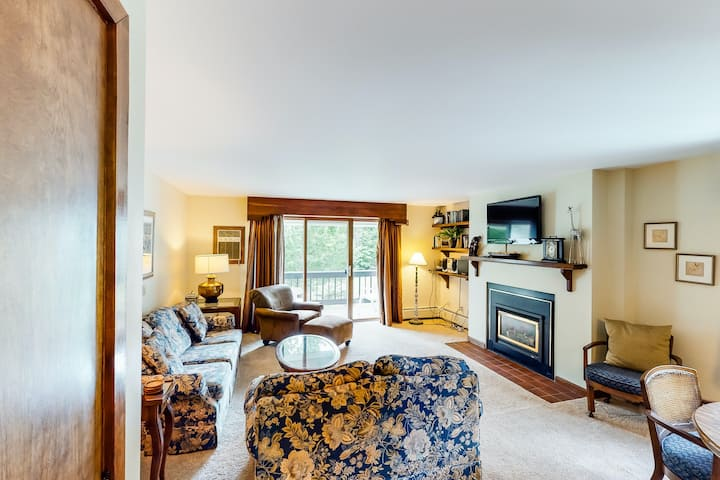 Ski-in/out mountain view townhouse w/shared outdoor pool, tennis - walk to lifts
