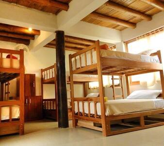 Dormitorio mixto compartido baño privado breakfast