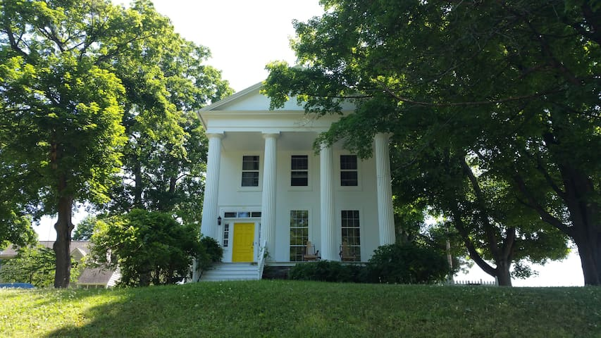 Airy and Bright Greek Revival in the Finger Lakes - Montour Falls - บ้าน