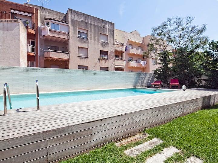 Apartment with Terrace and Pool near Park Güell