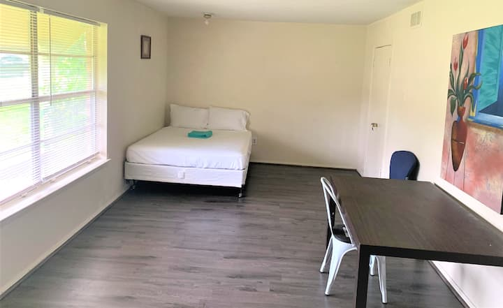 Relaxing Queen bed with 10 min drive from Airport