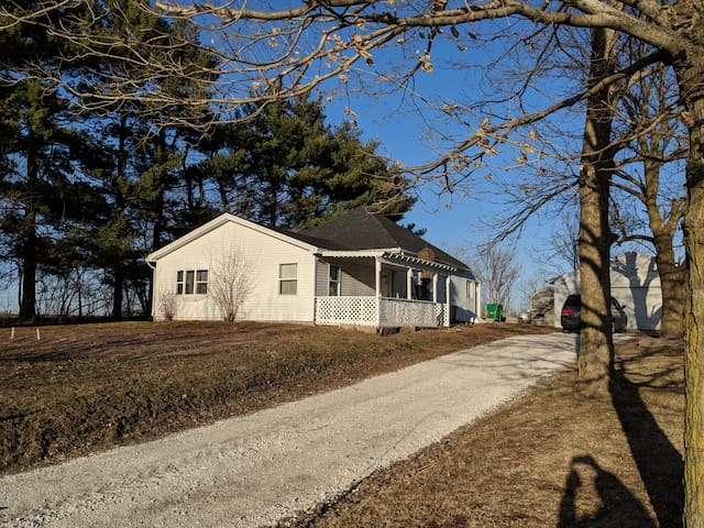 Nauvoo Country Cottage - Sleeps 12
