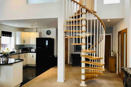 Stunning home with hot tub close to zoo and shops