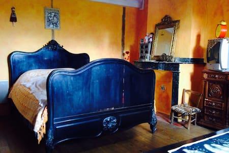 Belle chambre baroque ds une ferme - Saint-Julien-de-Briola