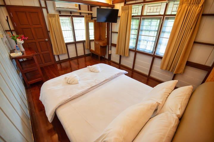 ห้องนอนเตียงเดียว ภายในห้องมีสิ่งอำนวยความสะดวกคือ แอร์ ทีวี ตู้เสื้อผ้า ตู้กระจก