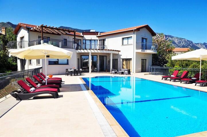Villa Amelia sleeps 10 people with 5 bedrooms and 5 bathrooms