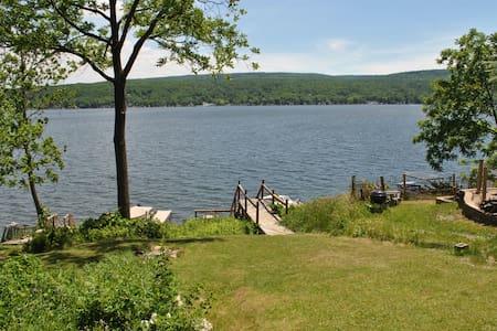 Waterfront cottage on Honeoye Lake, stunning view - Honeoye - Casa