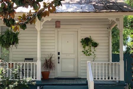 1880's Farmhouse Retreat Springfield Urban Core