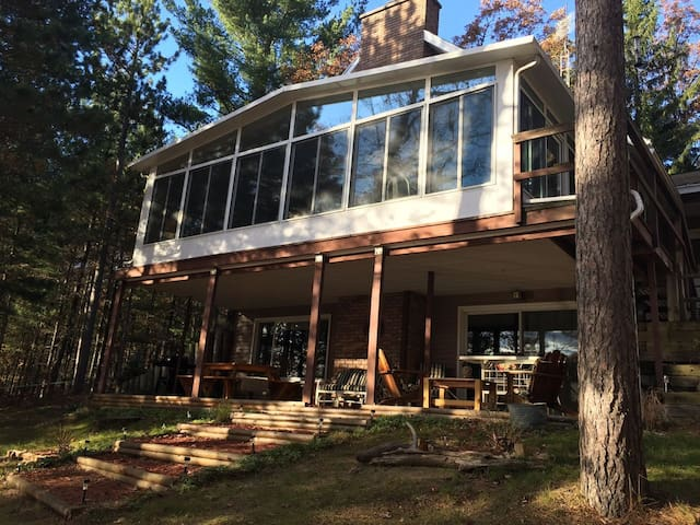 ABBOTT LAKE HOUSE:  WIFI-Cozy cabin in the woods, sleeps 8.