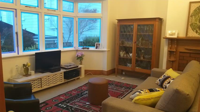 Sunny  room in Mt Vic villa, 5 min to Te Papa