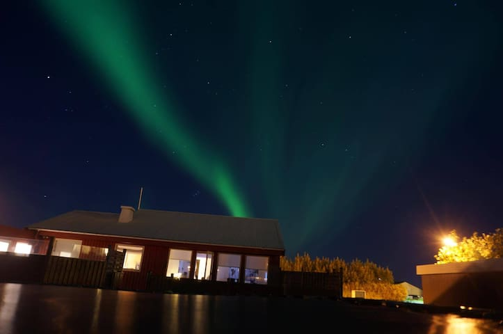 Guesthouse EIR only 3 km from the Keflavik airport - Keflavík - Ev