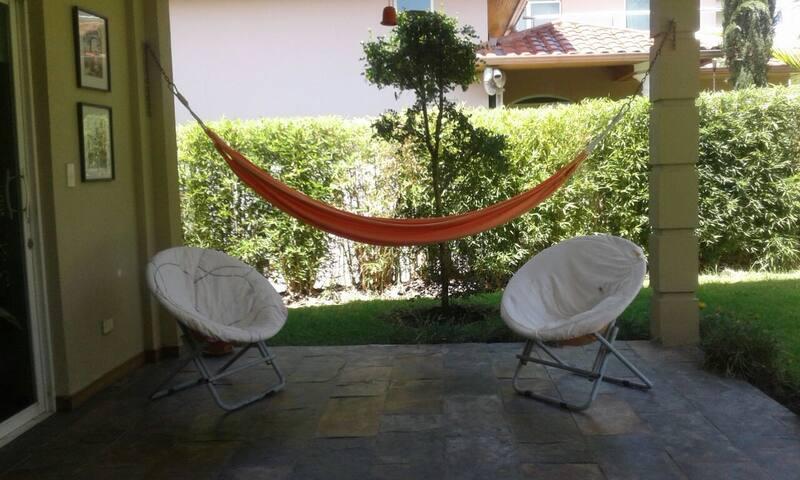 Hamaca en el jardín / Hammock in the garden