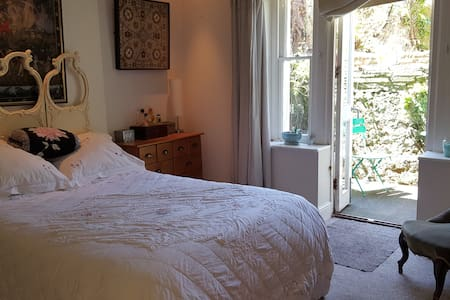 large double bedroom with patio and living room. - Hove - Apartment