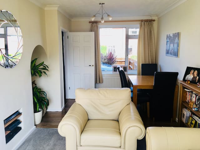Modern Welcoming Home-2.5 miles from city centre