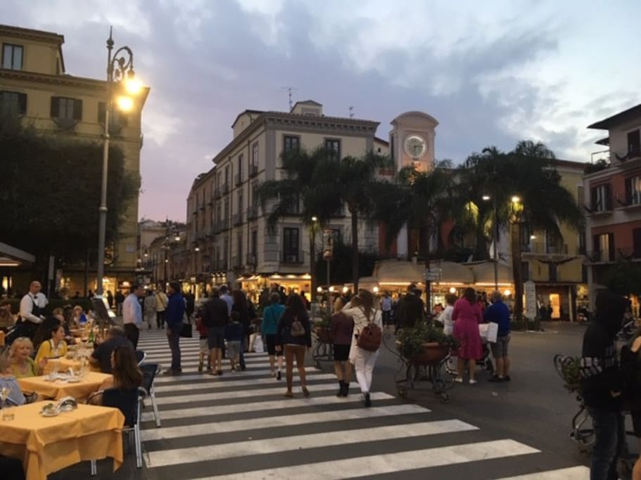 Piazza Tasso, cuore della vita mondana della città, è a quattro passi dalla casa. - Main Sorrento square, real active meeting point, one block away from the apartment