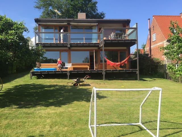 Kids' friendly, spacious, lake view - Søborg - Huis