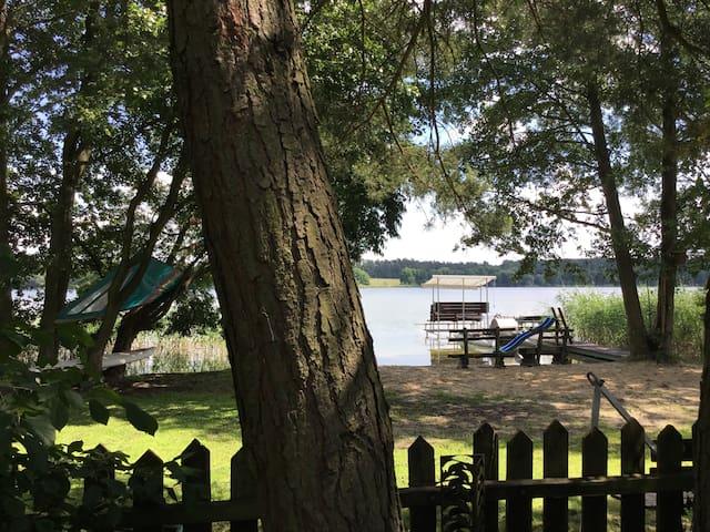 Drewniany domek nad jeziorem z własną plażą
