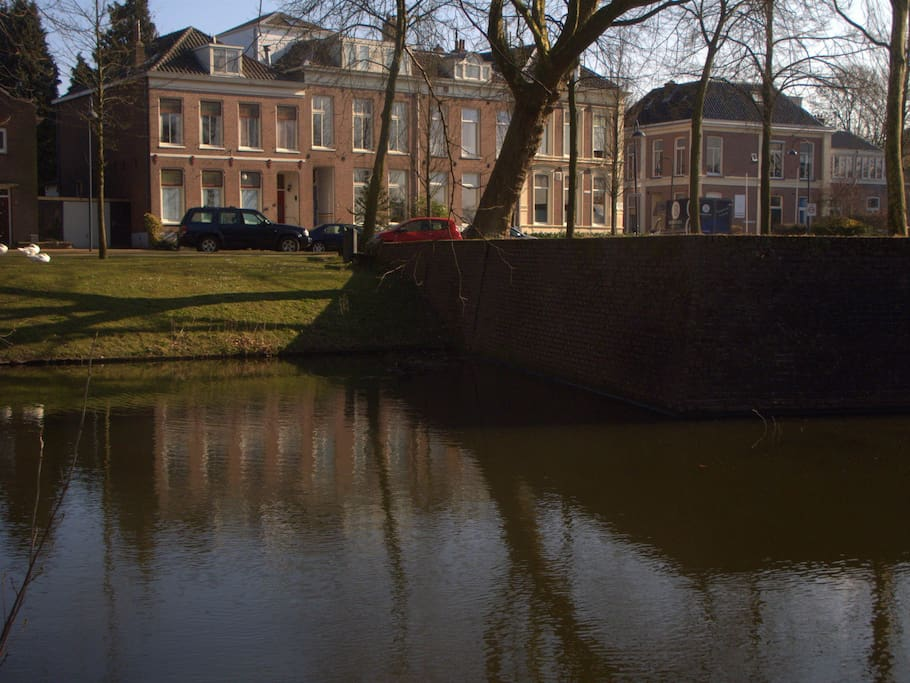 Moated by a protecting canal = Aan de gracht