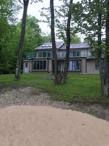 LAKEFRONT POCONOS w/ PRIVATE BEACH/DOCK, HOT TUB