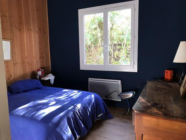Chambre  3 : bleue & bois, repeinte pendant l'hiver ! on y est bien !