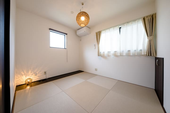 Bed room3 There is also a Japanese-style room using Ryukyu tatami mats. Please rest slowly on a warm futon with excellent heat retention.  Bed room3 高級感のある琉球畳をつかった和室もございます。保温性に優れた温かい布団でゆっくりお休みください。
