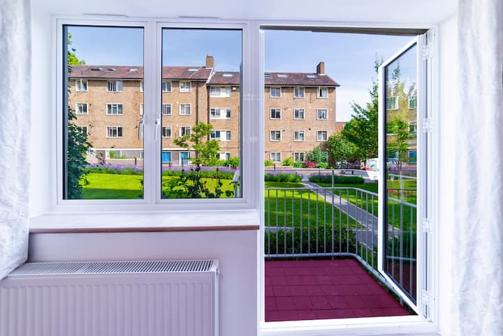 Double Bedroom with Balcony & Communal Garden