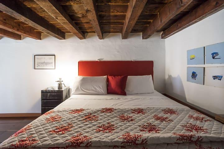 Letto matrimoniale su soppalco  Double bed on mezzanine