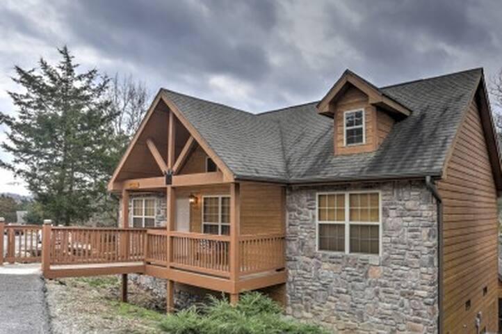 2BR Branson Cabin w/Deck & Resort Amenities! - Branson West - Houten huisje