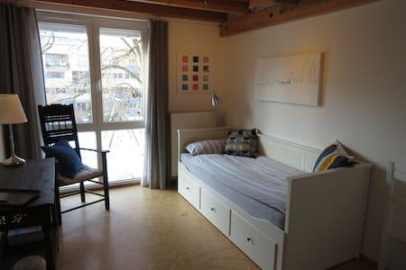 Schönes Zimmer, Blick ins Grüne, Gartennutzung - Freiburg im Breisgau - Casa