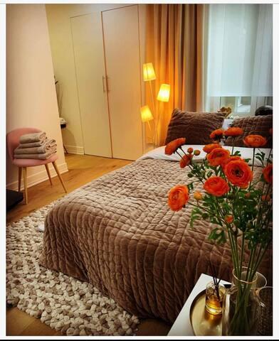 Chambre cosy, chaleureuse avec quelques touches de glamour