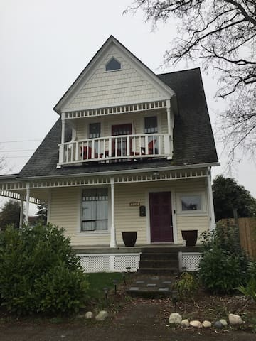 Beautiful 1895 Victorian Home near the Tacoma Mall