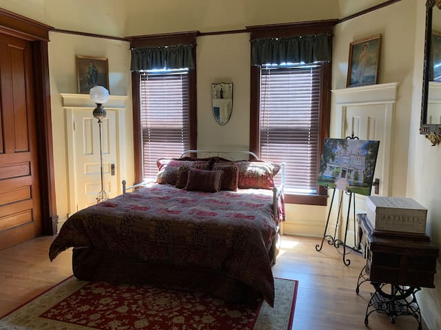 Cozy large bed with Victorian design